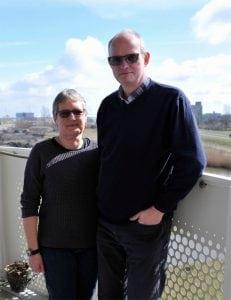 Garri en Annegriet Veldman op het balkon van hun nieuwe appartement