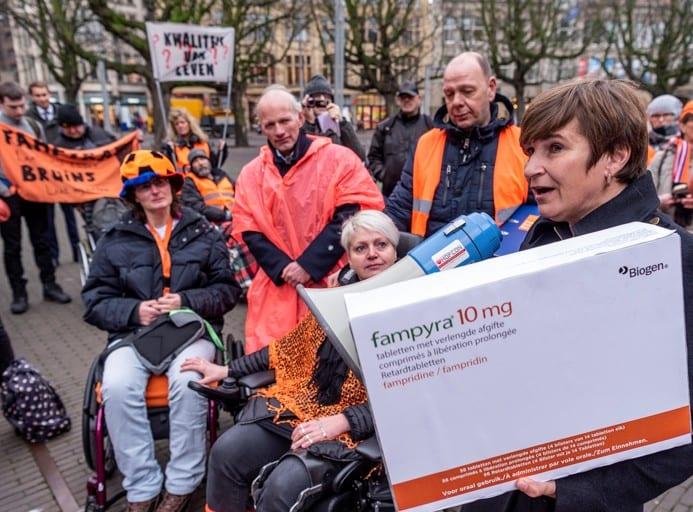Kamerlid Ploumen Neemt De Handtekeningen In Ontvangst. Foto: T. Segers