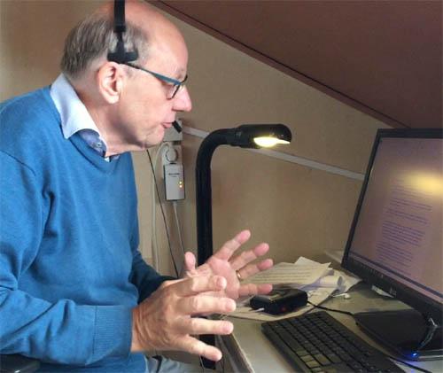 Raymond pratend tegen zijn computer