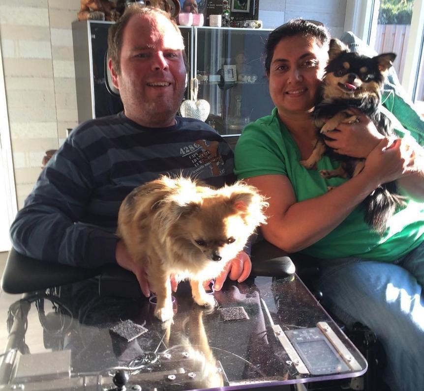 Jennifer en Michael, samen met hun twee chihuahua's Louis en Jones