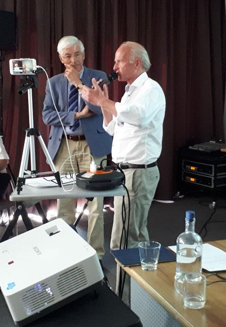 dr. van Munster () tijdens een bijeenkomst samenmet algemeen voorzitter Jan van Amstel (r)